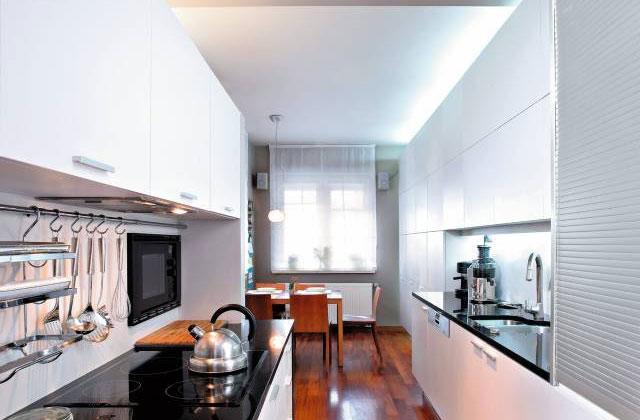 Дизайн узкой светлой кухни