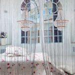Фото 76: Шторы нитяные в спальне