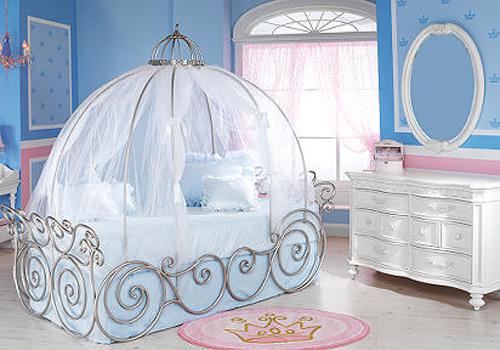 Балдахин из легкой ткани в детской комнате для девочки