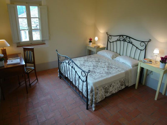 Casale-Mareli-Tuscan-Style-Bedroom(ф)