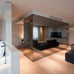 Фото 85: Зеркальная перегородка в гостиной