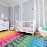 Фото 82: Дизайн комнаты для новорождённой в сером цвете с яркими акцентами