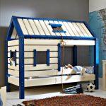 Фото 104: Детская кровать для мальчика в виде домика