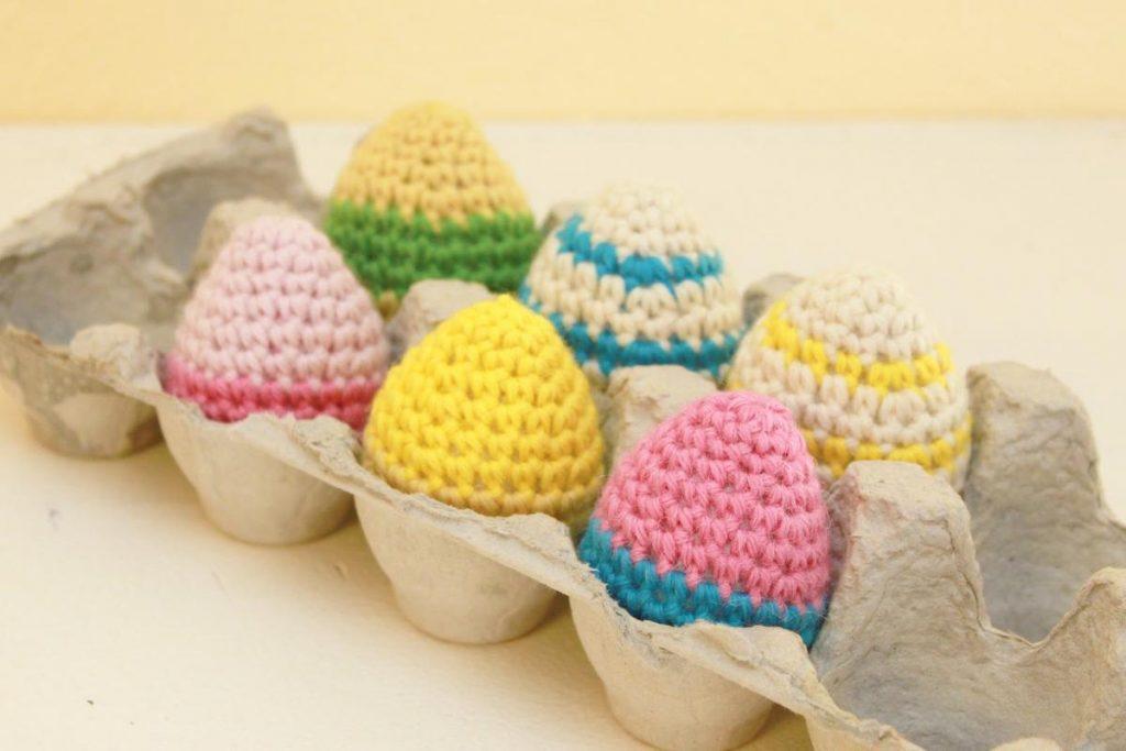 Вязаное украшение яичек крючком