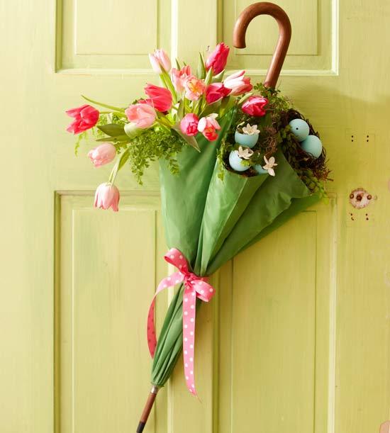 как украсить входную дверь весной