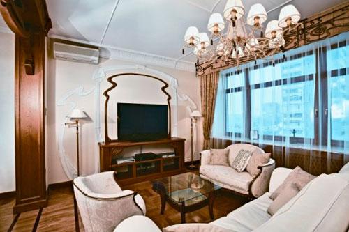 Легкие белые шторы в интерьере гостиной в стиле модерн