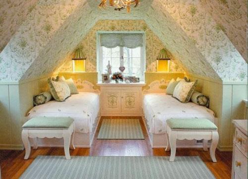 Спальня в мансарде в классическом стиле