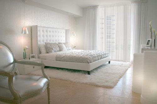 Белые шторы в интерьере серебристой спальни