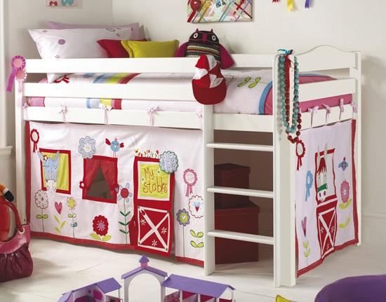 Зона для игр в детской комнате под кроватью-чердаком