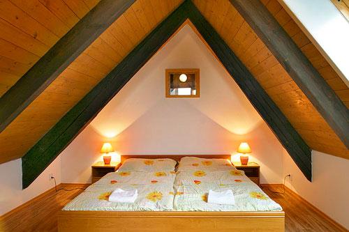 Расположение кровати в узкой спальне