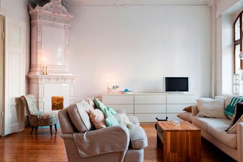 Слишком маленький телевизор в интерьере квадратной гостиной