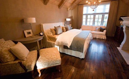 Спальня с камином в мансарде