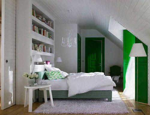 Бело-зеленая спальня в мансарде
