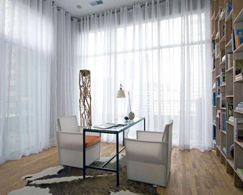 Белые шторы в интерьере кабинета в современном стиле