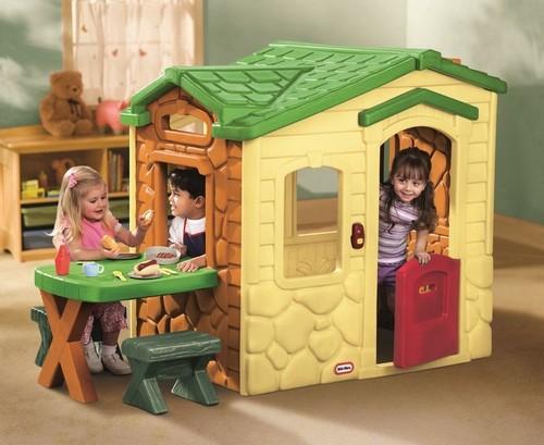 Домик в игровой зоне детской комнаты
