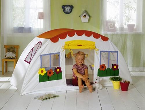 Текстильный домик в игровой зоне детской комнаты