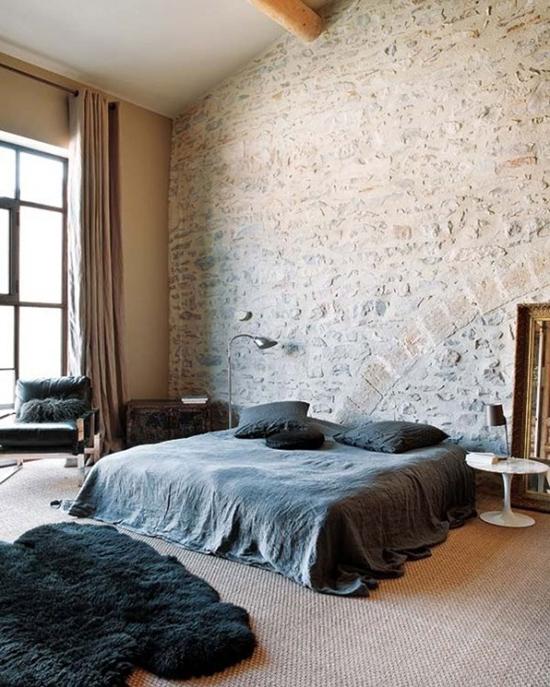 красивая спальня с кирпичом в отделке