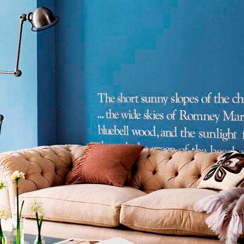 Надписи на стенах в интерьере гостиной