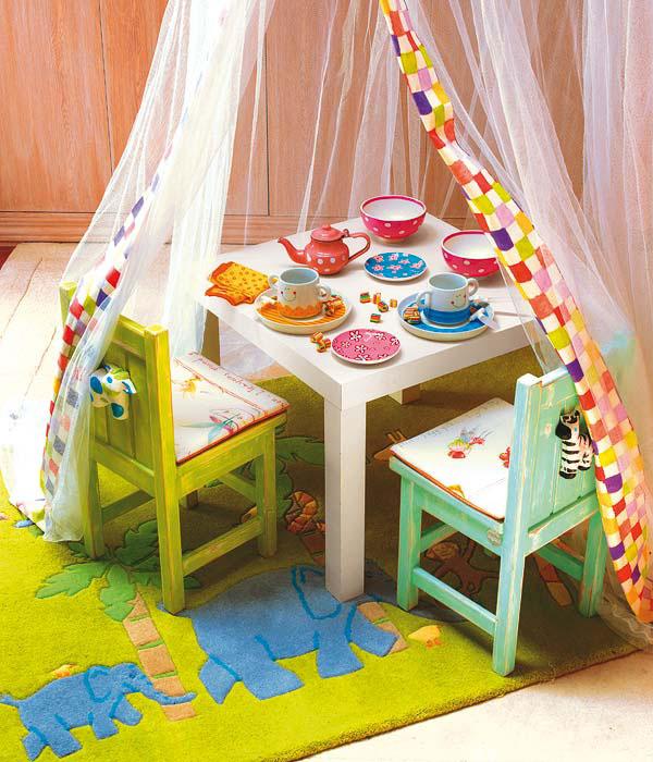 Детский столик и набор посуды в детской комнате девочки