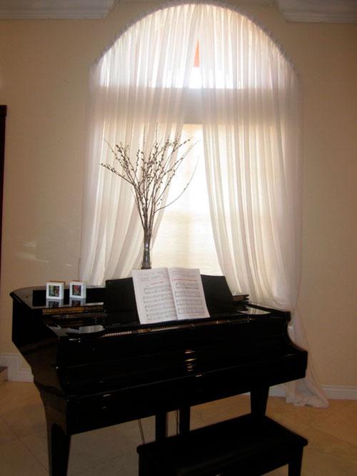 Белые шторы в интерьере комнаты в классическом стиле