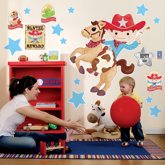 Яркие наклейки в детской комнате