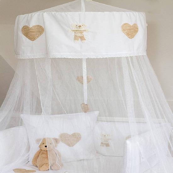Балдахин на детскую кроватку можно украсить вышивкой или термонаклейками
