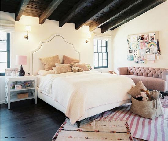 Декоративные потолочные балки в интерьере спальни