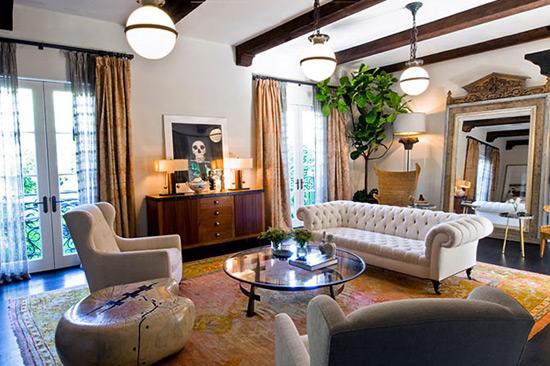 Декоративные потолочные балки в интерьере гостиной