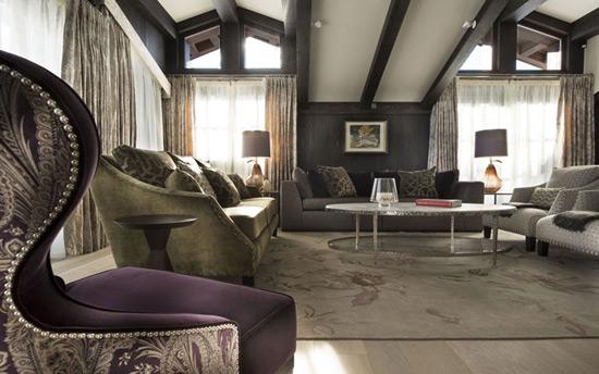 Темные декоративные потолочные балки в интерьере