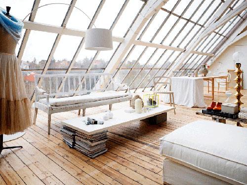 Большие окна в мансардной крыше