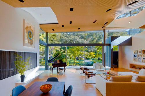 Зонирование пространства в интерьере квадратной гостиной большого размера