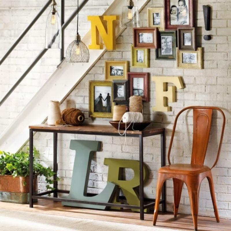 Деревянные объемные разноцветные буквы в интерьере гостиной