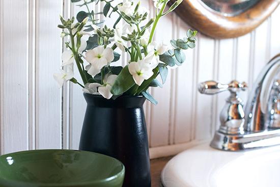 Для цветов в ванной комнате рекомендуется выбирать небьющиеся вазы