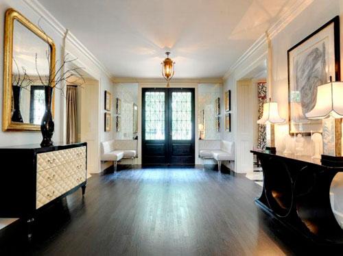 Красивые большие прихожие с простой отделкой и шикарным декором и мебелью