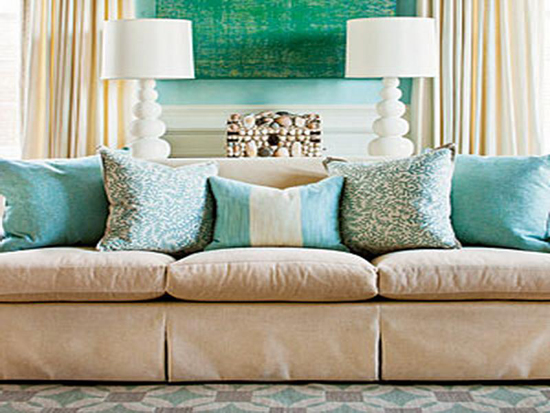 Сочетание декоративных диванных подушек и текстиля