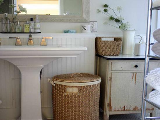 Плетеные корзины в интерьере ванной комнаты