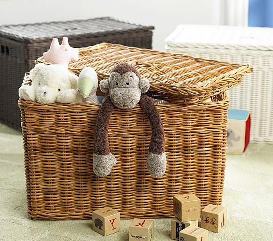 Плетеная корзина с крышкой в интерьере детской комнаты