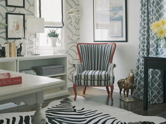 Сочетание принтов на обивке кресла и шкуре на полу