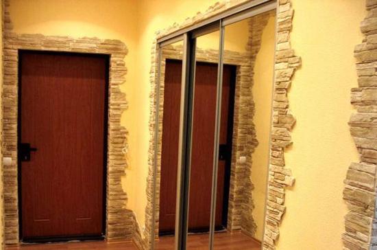 Отделка искусственным камнем дверных проемов в прихожей