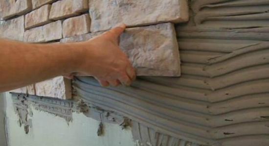 Укладка декоративного камня в прихожей