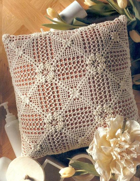Декоративная диванная подушка с вязаным чехлом