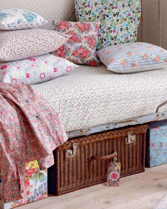 Плетеные корзины в интерьере спальни
