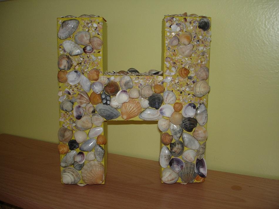 Украшение объемных букв из картона ракушками