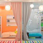 Фото 25: Зонирование детской для двоих детей при помощи перегородки и цветового решения