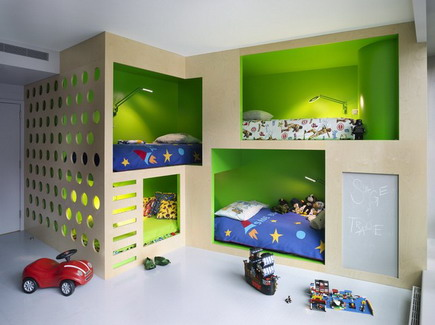Интегрированная мебель в маленькой  детской комнате