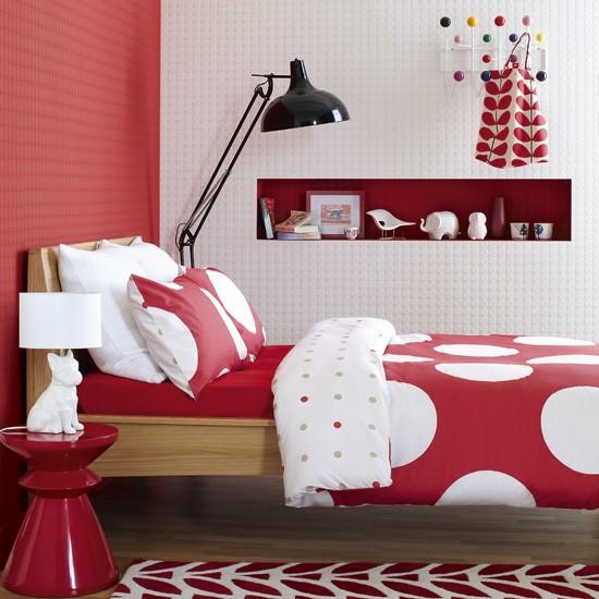 Распределение однотонных и узорчатых поверхностей в интерьере спальни