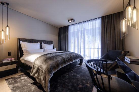 В спальне нужно отказаться от громоздкой мебели возле кровати
