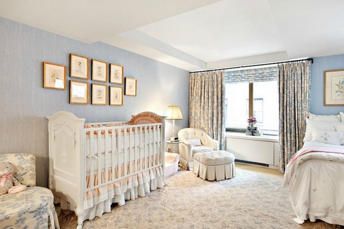 Гармоничный дизайн супружеской спальни с детской кроваткой