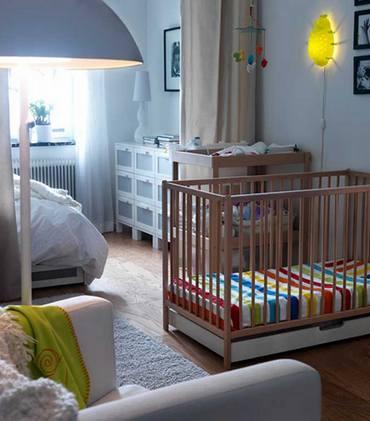 Расположение детской кроватки напротив супружеской кровати