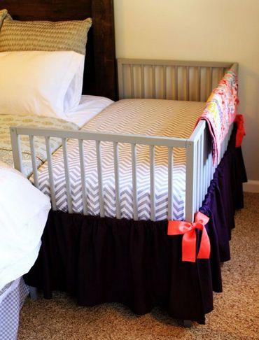 Детская кроватка рядом с супружеской кроватью